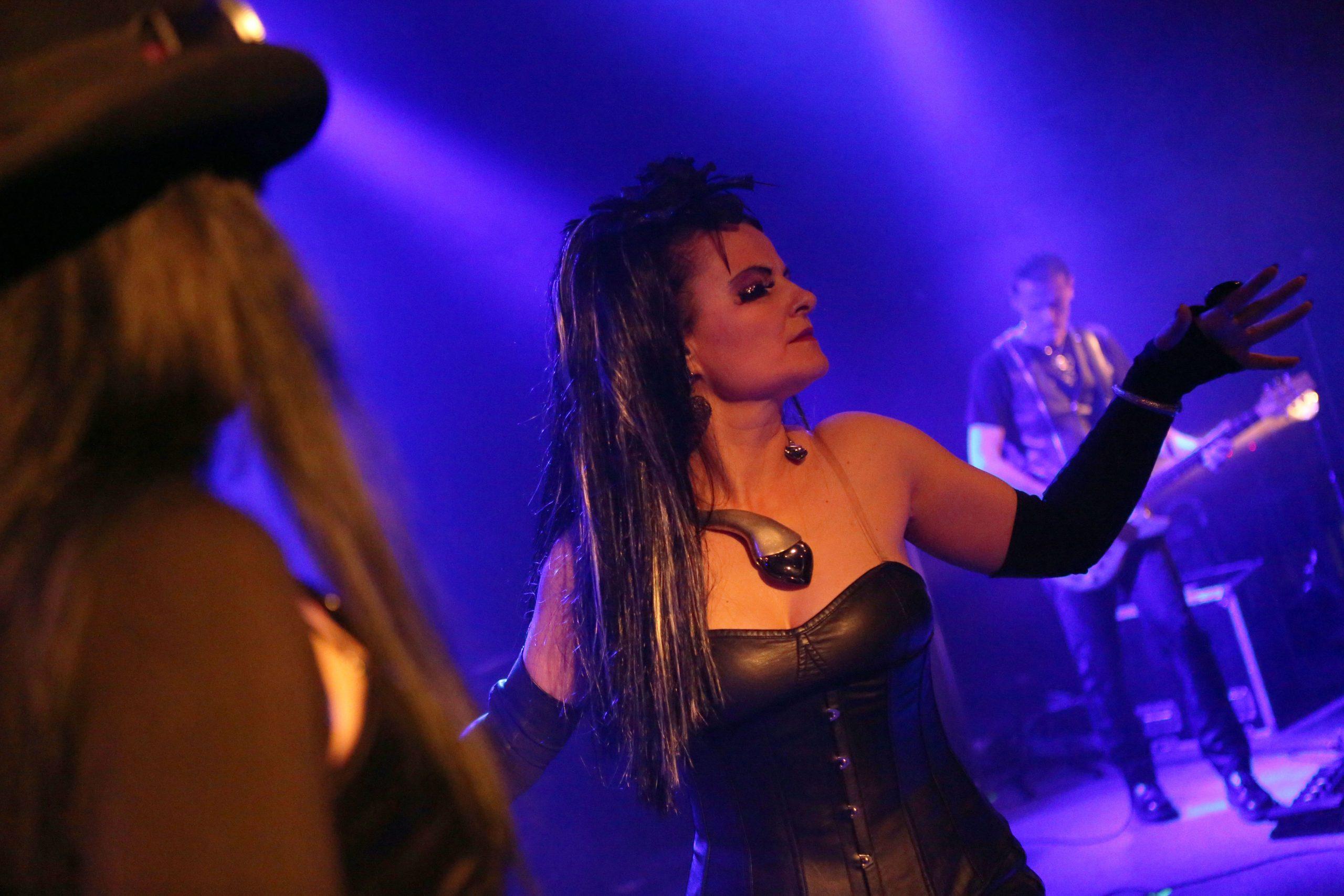 Speváčka Gudrun z kapely Ľahká Múza spolu na koncerte