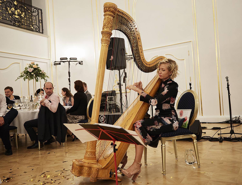 divas-lucia-tarnoczy-harfa