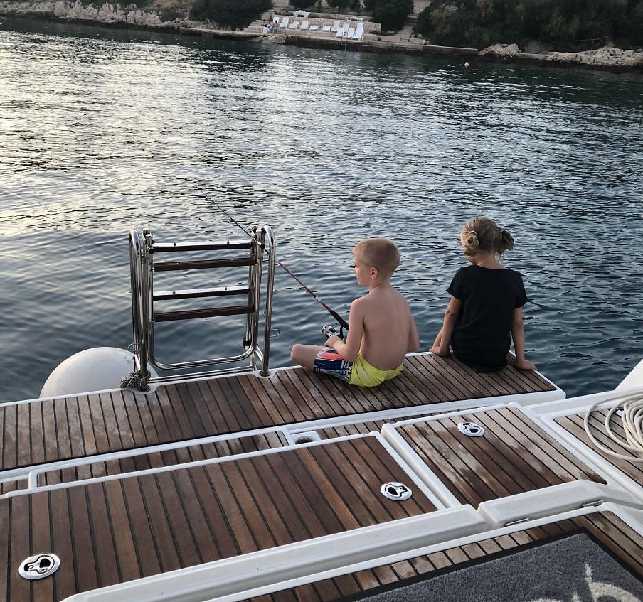 Deti na jachte - rybárčenie